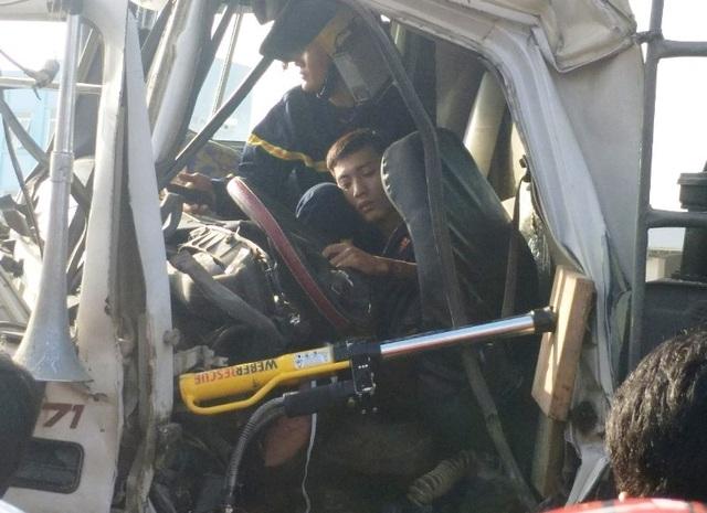 30 phút giải cứu tài xế mắc kẹt trong cabinsau va chạm giao thông - 3