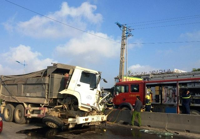 30 phút giải cứu tài xế mắc kẹt trong cabinsau va chạm giao thông - 1
