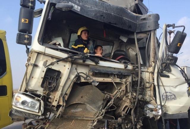 30 phút giải cứu tài xế mắc kẹt trong cabinsau va chạm giao thông - 4