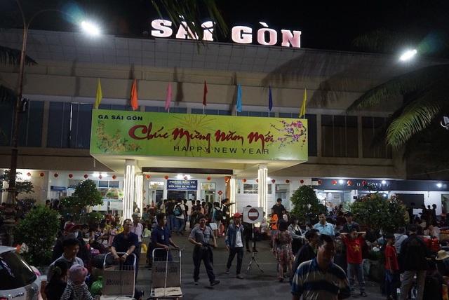 Hàng nghìn người vật vã nằm chờ tàu ở ga Sài Gòn - 9