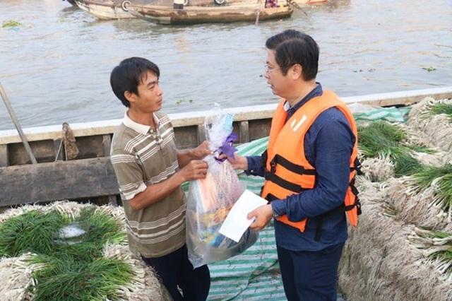 Ông Trương Quang Hoài Nam - Phó chủ tịch UBND TP Cần Thơ trao quà tết cho thương hồ chợ nổi Cần Thơ