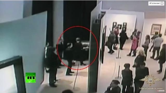 Video tranh quý ngang nhiên bị đánh cắp giữa triển lãm đông người tại Nga - 1
