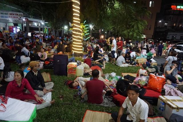 Hàng nghìn người vật vã nằm chờ tàu ở ga Sài Gòn - 12