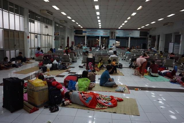 Hàng nghìn người vật vã nằm chờ tàu ở ga Sài Gòn - 7