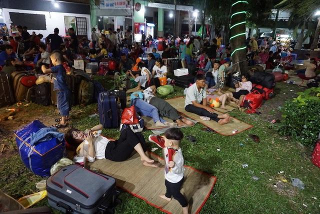 Hàng nghìn người vật vã nằm chờ tàu ở ga Sài Gòn - 11