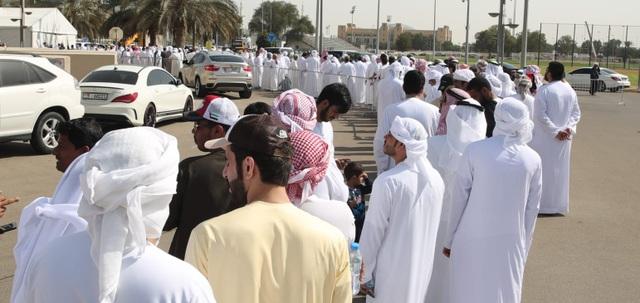 Hoàng tử UAE vung tiền mua hết vé, ngăn không cho CĐV Qatar vào sân