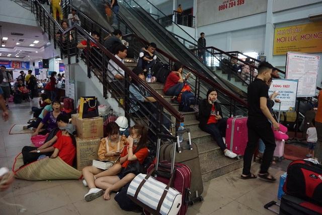 Hàng nghìn người vật vã nằm chờ tàu ở ga Sài Gòn - 5