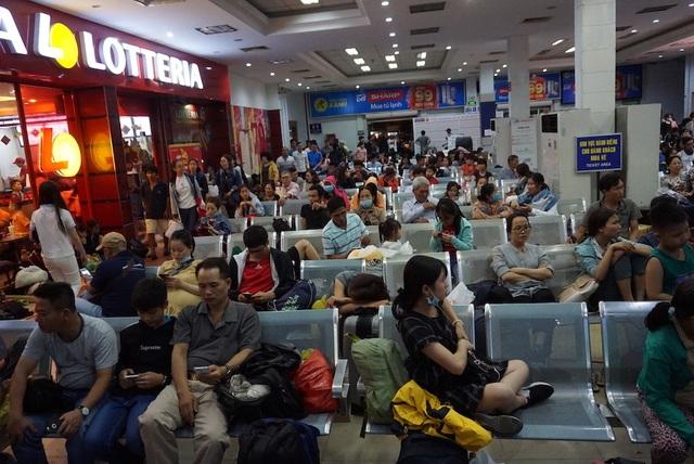 Hàng nghìn người vật vã nằm chờ tàu ở ga Sài Gòn - 8