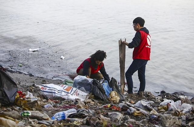 Hà Nội: Người nước ngoài ra sông đứng giúp người dân thả cá chép - 6