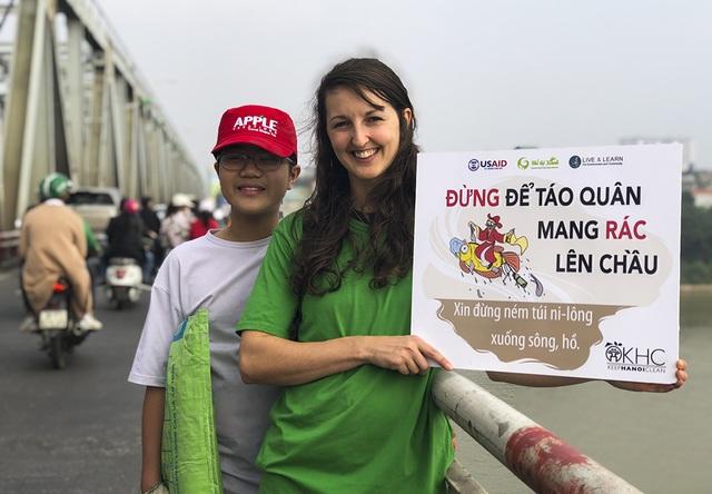 Hà Nội: Người nước ngoài ra sông đứng giúp người dân thả cá chép - 3