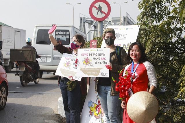 Hà Nội: Người nước ngoài ra sông đứng giúp người dân thả cá chép - 4
