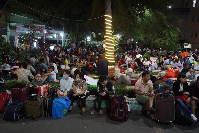 Hàng nghìn người vật vã nằm chờ tàu ở ga Sài Gòn - 10