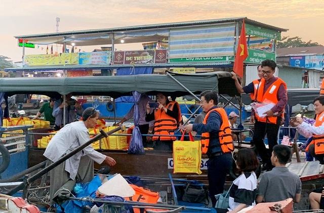 Chợ nổi là nơi để trao đổi, mua bán nông sản, các loại trái cây, hàng hóa, thực phẩm, ăn uống ở trên sông và là điểm tham quan đặc sắc của quận Cái Răng, TP Cần Thơ.