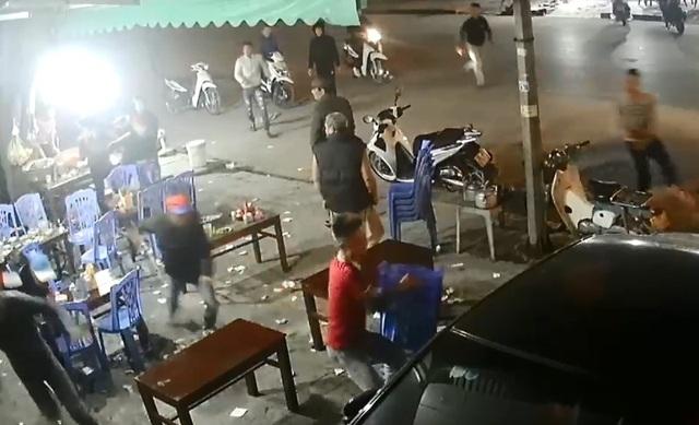 Kinh hoàng nhóm côn đồ cầm dao, kiếm... truy sát người  tại quán ăn đêm - 1