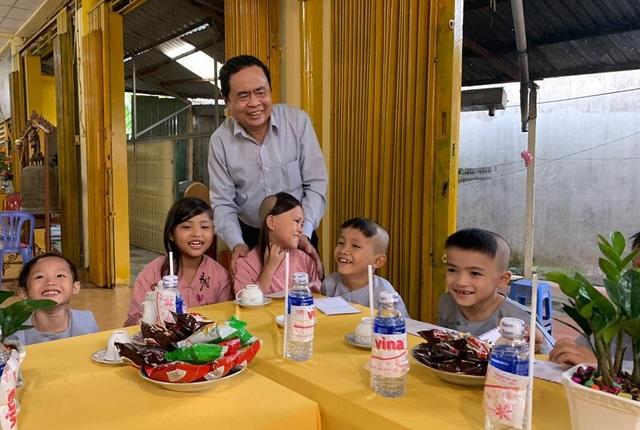 Chủ tịch MTTQ Việt Nam Trần Thanh Mẫn đến thăm các bé họ Nhân ở Cần Thơ - 1