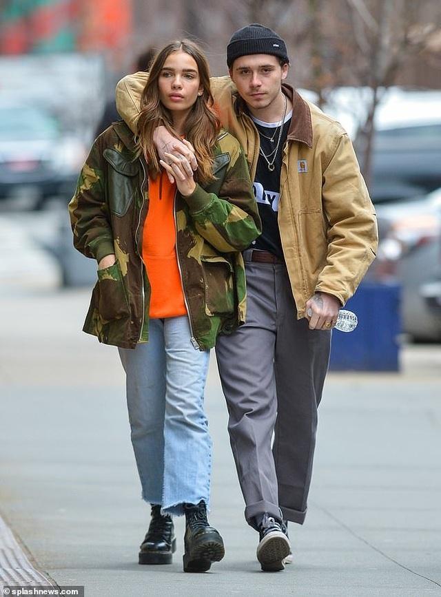 Brooklyn Beckham hôn bạn gái mới trên phố - 3