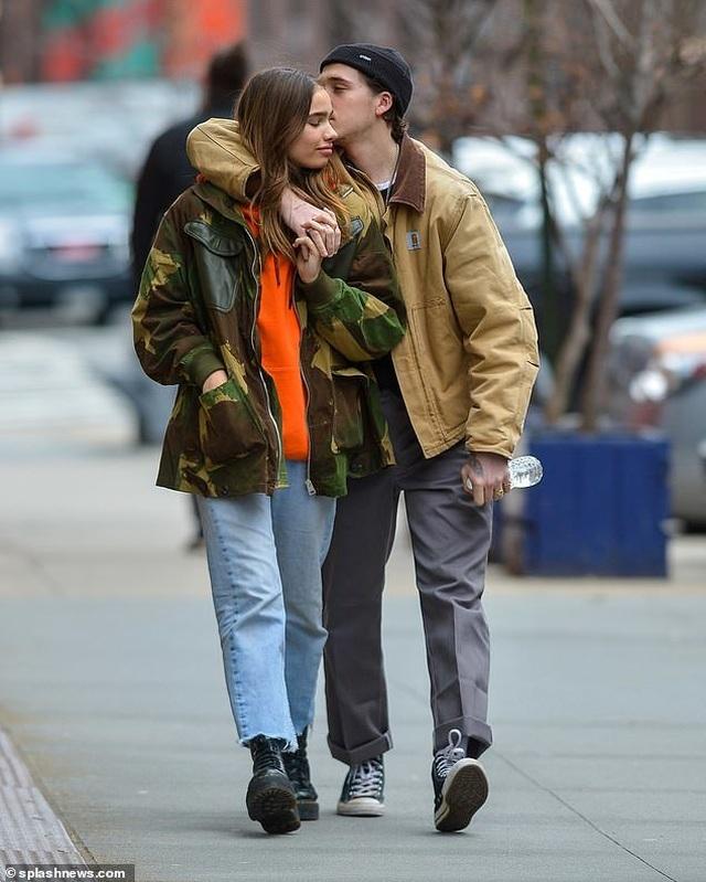 Brooklyn Beckham hôn bạn gái mới trên phố - 4