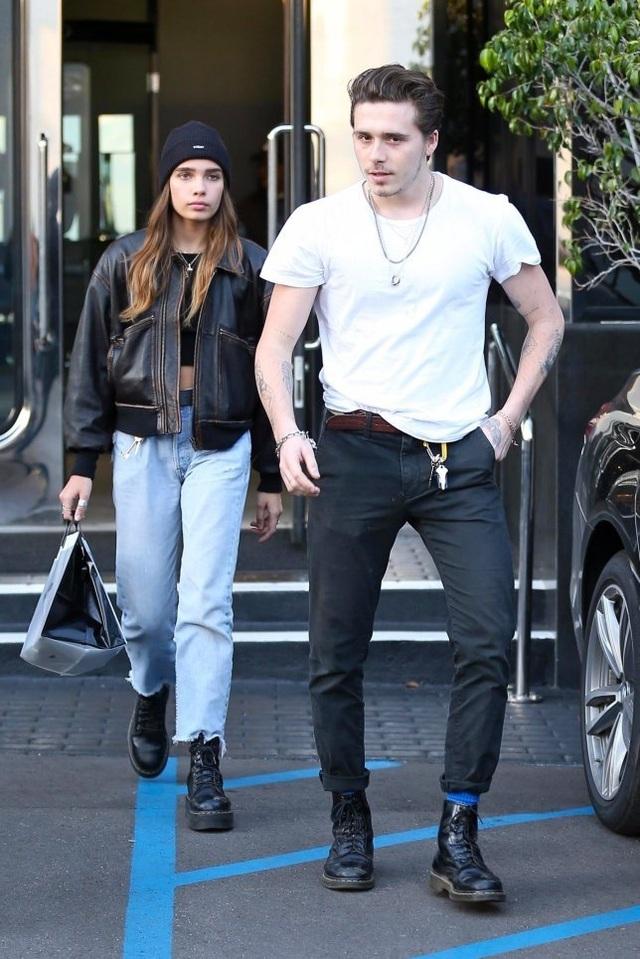 Brooklyn Beckham hôn bạn gái mới trên phố - 5