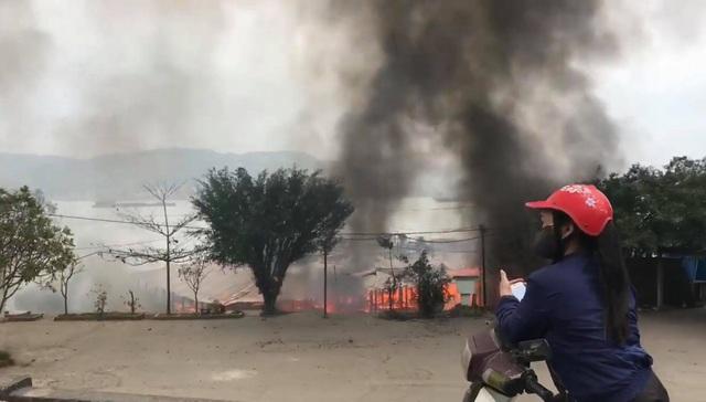 Quán nhậu trên bè cháy dữ dội, nghi do thắp hương - 1