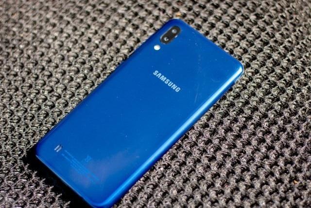 """Smartphone đầu tiên sở hữu """"màn hình tai thỏ"""" của Samsung trình làng - 2"""