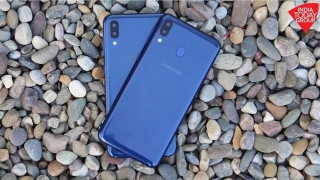 """Smartphone đầu tiên sở hữu """"màn hình tai thỏ"""" của Samsung trình làng - 3"""