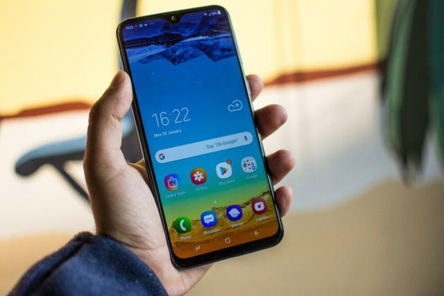 """Smartphone đầu tiên sở hữu """"màn hình tai thỏ"""" của Samsung trình làng - 4"""