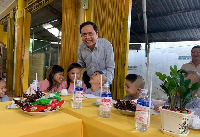 Chủ tịch MTTQ Việt Nam Trần Thanh Mẫn đến thăm các bé họ Nhân ở Cần Thơ - 4