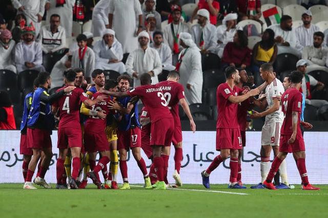 Đại thắng 4-0 trước chủ nhà UAE, Qatar lọt vào chung kết gặp Nhật Bản - 1