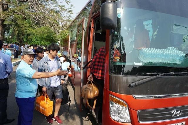 Hàng trăm hành khách được vận chuyển bằng ô tô sau sự cố tàu trật bánh - 3