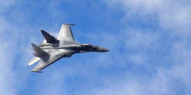Xôn xao hình ảnh Su-35 Nga bị nghi khóa mục tiêu F/A-18 của Mỹ - 2