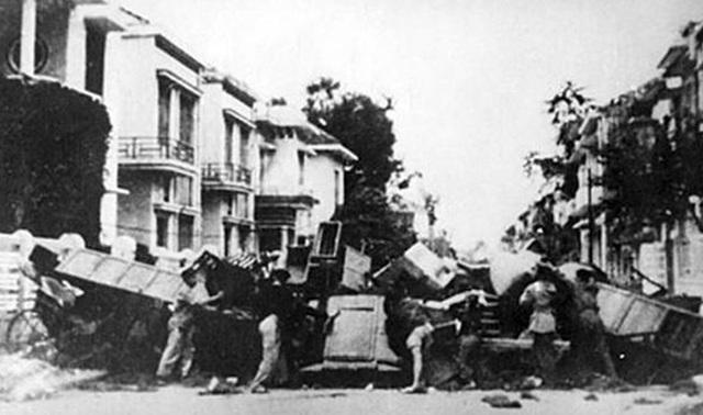 7- Dinh Hoi 1947 - Chien luy tren duong pho Thu Do.jpg
