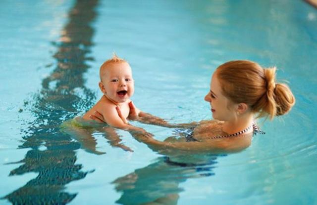 Bà mẹ bị đuổi khỏi bể bơi vì đang cho con bú - 1