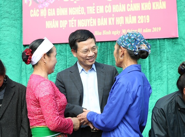 Trao hơn 300 suất quà cho các hộ nghèo tỉnh Hòa Bình - 2
