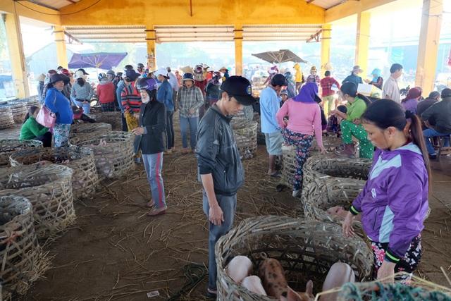 Chợ heo Bà Rén họp chợ từ 7h-9h sáng mỗi ngày.JPG
