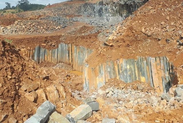 """Đá quý """"núp bóng"""" đá xây dựng đi trái phép từ mỏ đến nhà máy tại Đắk Nông! - 1"""
