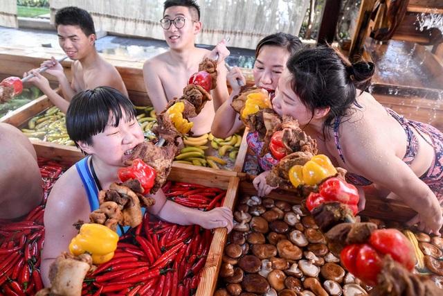 """""""Lẩu người"""" khổng lồ hút khách ở Trung Quốc - 4"""