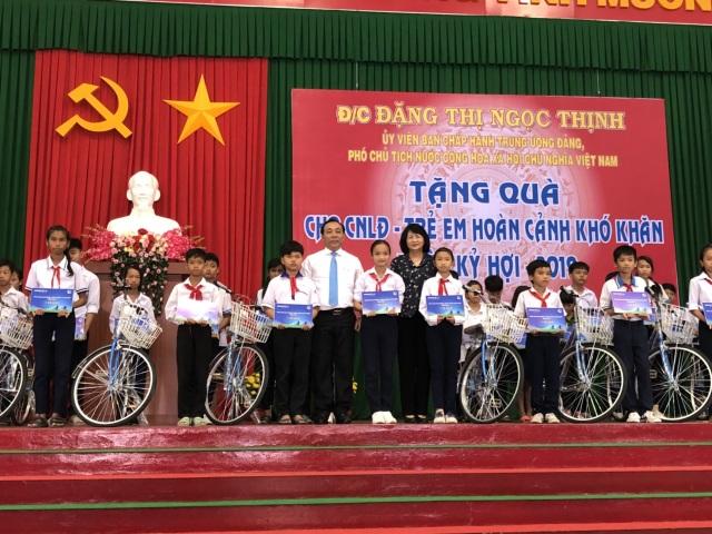 Phó Chủ tịch nước Đặng Thị Ngọc Thịnh và Đại diện Bảo Việt Nhân thọ trao học bổng cho các trẻ em nghèo hiếu học.jpg