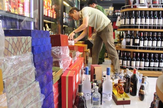 Đoàn kiểm tra liên ngành 389 tỉnh Đồng Nai phát hiện 300 chai rượu không rõ nguồn gốc xuất xứ tại cửa hàng HĐ.