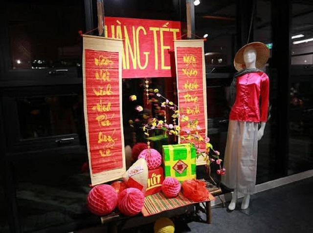 Du học sinh Việt tại Anh quây quần gói bánh chưng, đón Tết nguyên đán - 2