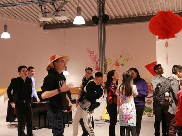 Du học sinh Việt tại Anh quây quần gói bánh chưng, đón Tết nguyên đán - 4