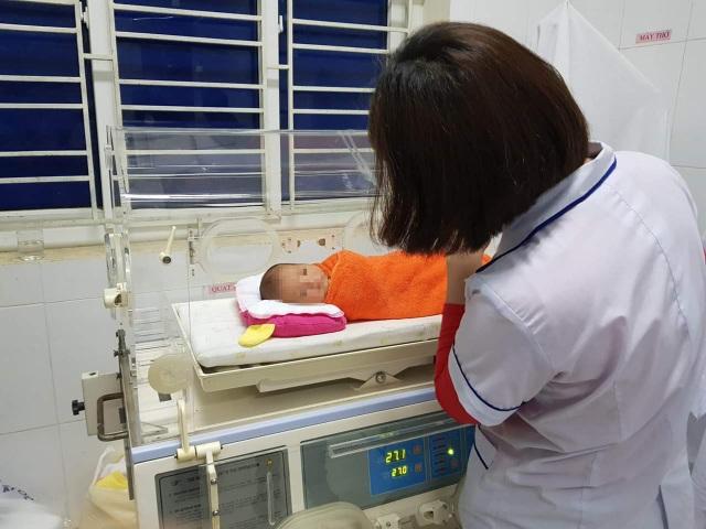 Bé gái sơ sinh bị bỏ rơi ở hành lang bệnh viện - 1