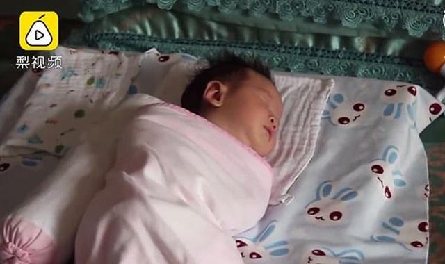 Mẹ sững người nghe âm thành phát ra từ miệng con trai 23 ngày tuổi giữa lúc y tá đang xoa lưng bé - 3