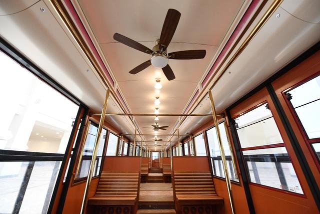 Nội thất bên trong tàu hỏa leo núi Mường Hoa.jpg