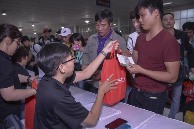 Chuyến tàu đêm đưa 1.200 công nhân nghèo về quê ăn Tết - 1