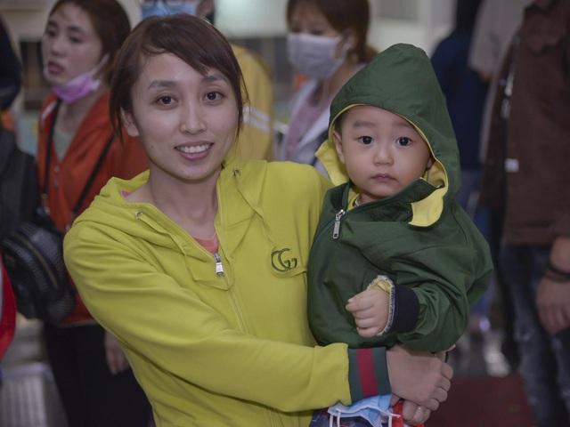 Chuyến tàu đêm đưa 1.200 công nhân nghèo về quê ăn Tết - 2