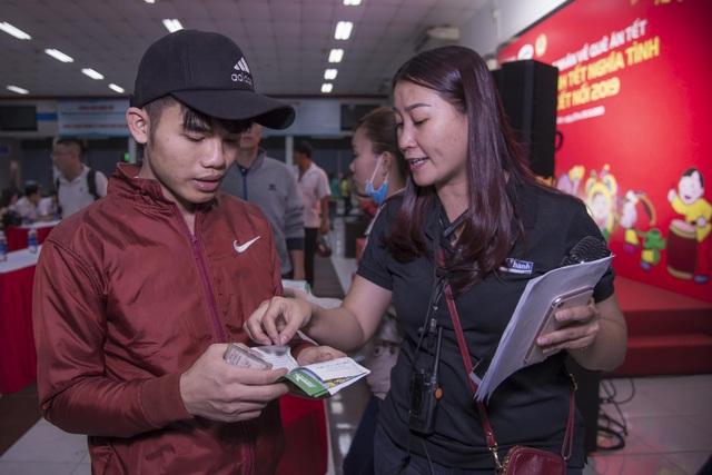 Chuyến tàu đêm đưa 1.200 công nhân nghèo về quê ăn Tết - 3