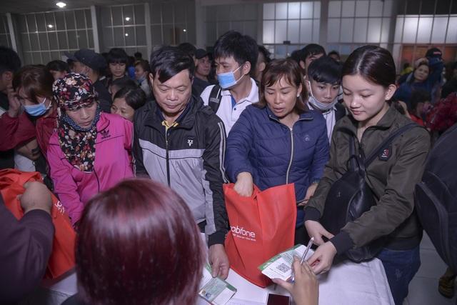 Chuyến tàu đêm đưa 1.200 công nhân nghèo về quê ăn Tết - 5