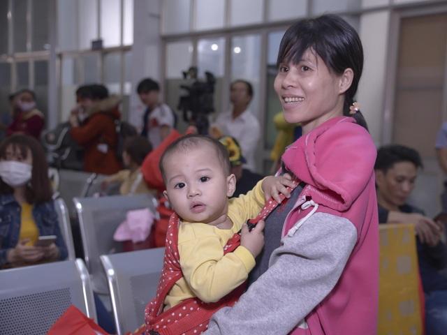 Chuyến tàu đêm đưa 1.200 công nhân nghèo về quê ăn Tết - 6