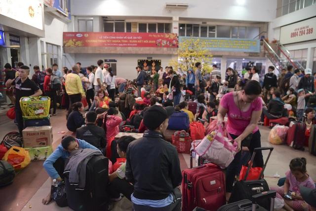 Chuyến tàu đêm đưa 1.200 công nhân nghèo về quê ăn Tết - 9