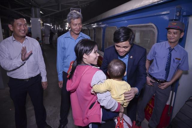 Chuyến tàu đêm đưa 1.200 công nhân nghèo về quê ăn Tết - 11